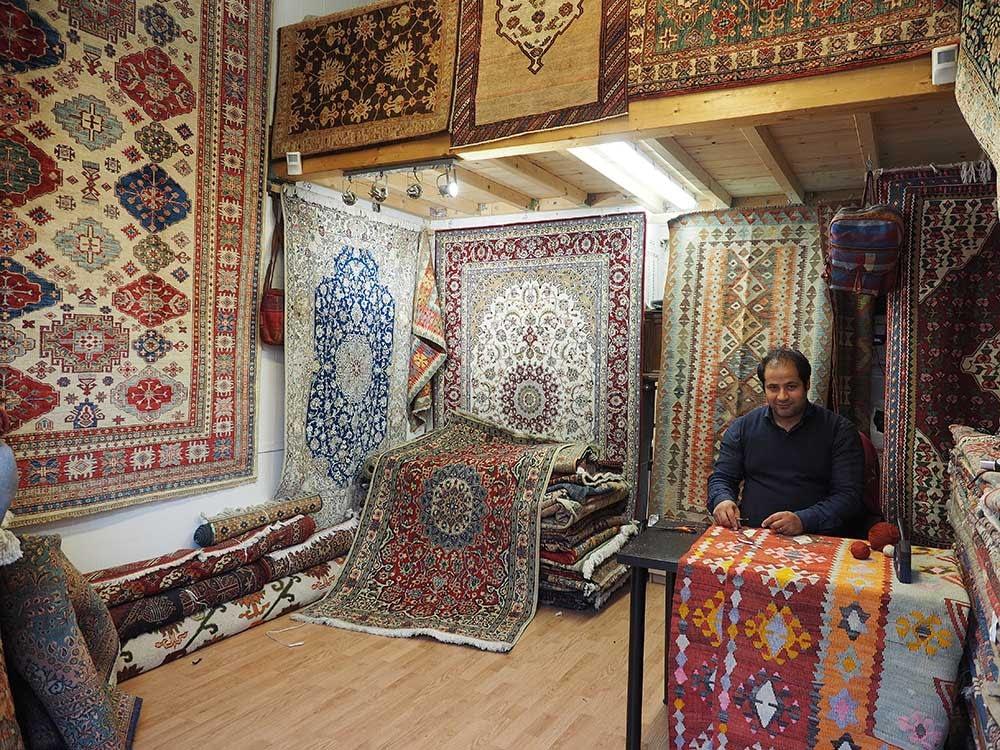 Interno di negozio tappeti Milano